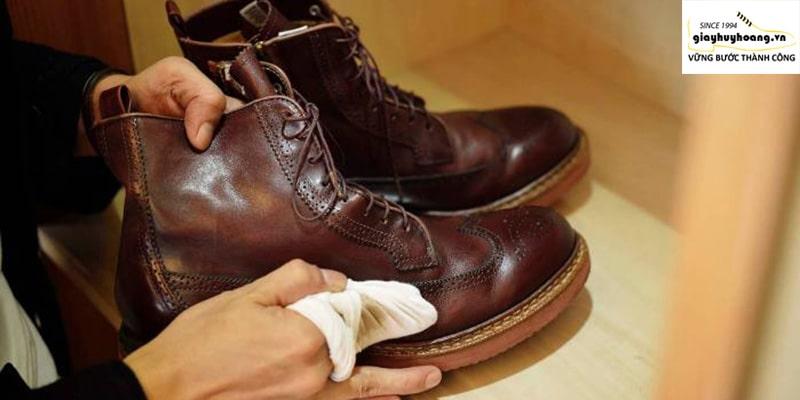 10 Bước làm sạch giày da trắng bị mốc triệt để từ chuyên gia #1