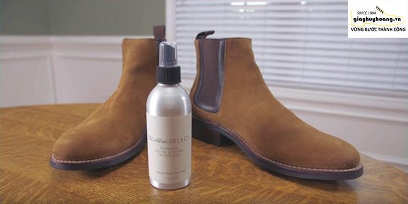 Hướng dẫn bảo quản giày da lộn bằng cách phun dung dịch bảo vệ