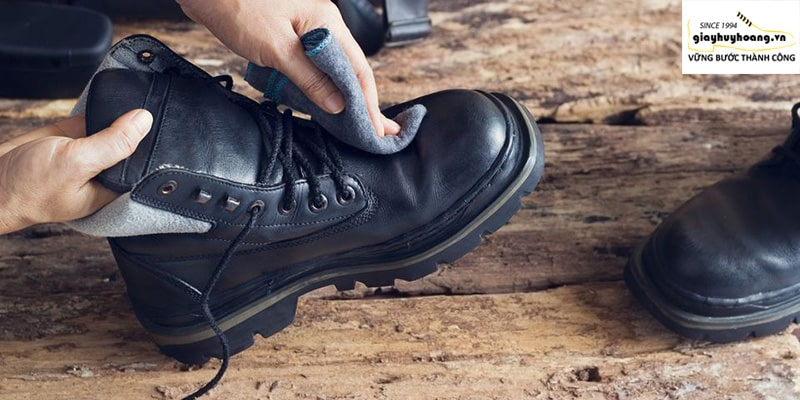 Cách làm sạch bên trong giày tây da bò nam cao cấp
