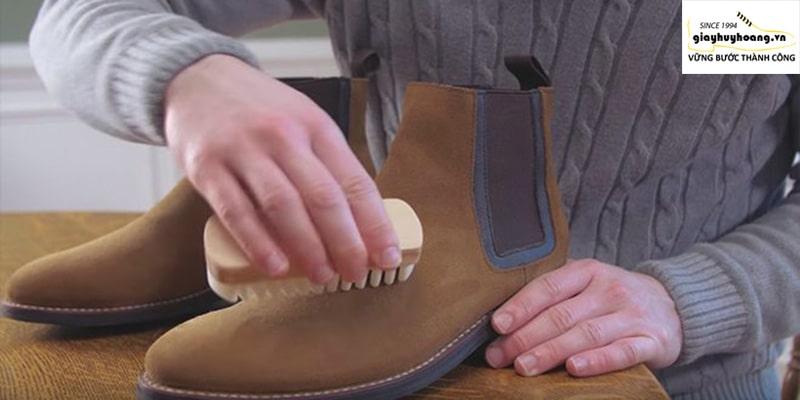 Hướng dẫn làm sạch giày da lộn phần 1 bằng bàn chải lông ngựa