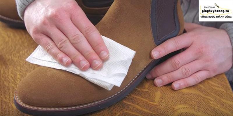 Hướng dẫn làm sạch giày da lộn phần 2 bằng khăn khô