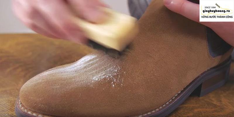 Hướng dẫn làm sạch giày da lộn phần 1 bằng bột giặt quần áo